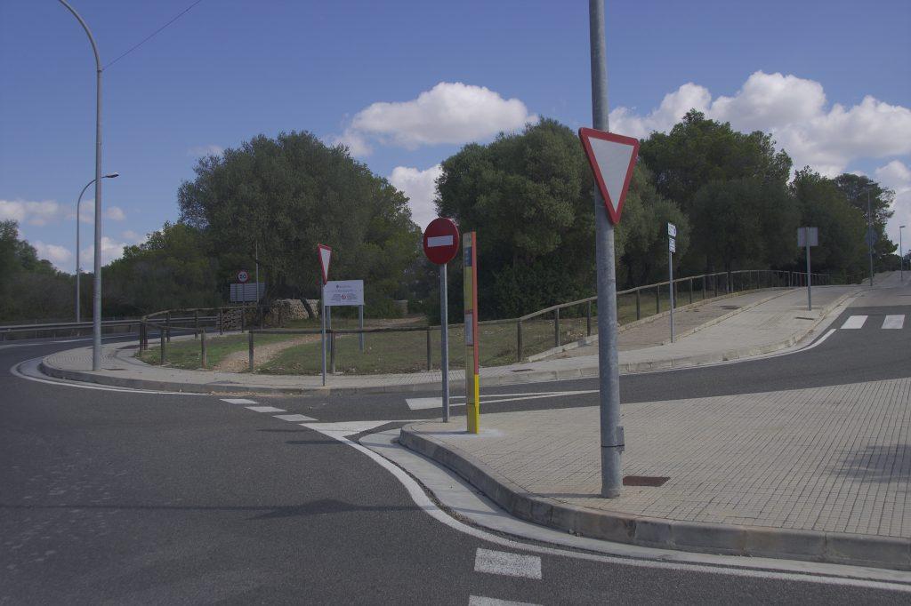 El nou carril bici discorrerà aproximadament pel sender que existeix dins el bosc. A la dreta es veu l'actual carril bici